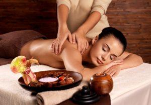 фото женщины, которая делает массаж спины