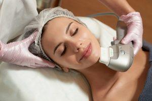 Фото девушки, которой проводят процедуру SMAS-лифтинга