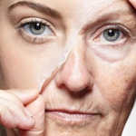 картинка пожилой женщины, которая снимает с себя «маску старости»