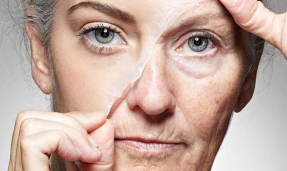 картинка літньої жінки, яка знімає з себе «маску старості»