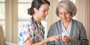 на фото доктор консультирует женщину о пользе метформина против старения