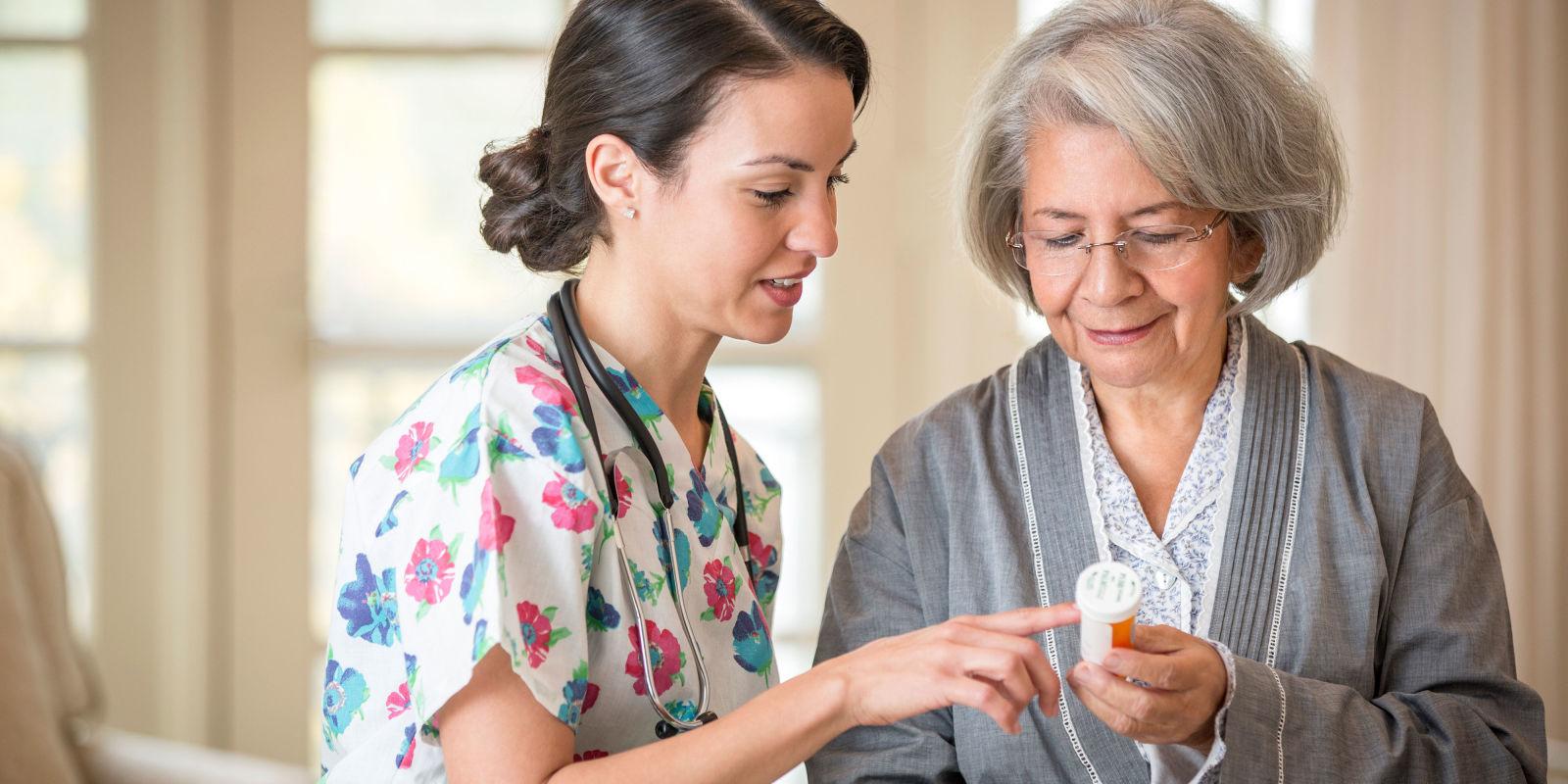 на фото доктор консультує жінку про користь метформіну проти старіння