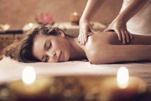 фото жінки, яка робить масаж спини, шийно-комірцевої зони
