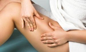 фото женщины, которая делает антицеллюлитный массаж тела