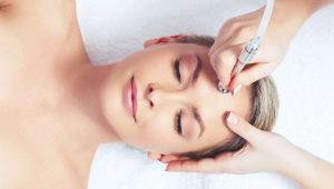 фото девушки во время процедуры алмазной микродермабразии лица
