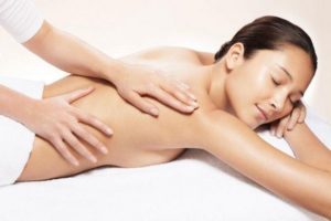 фото женщины, которая делает общий массаж всего тела