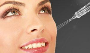 фото жінки, яка робить процедури газорідинного пілінгу обличчя