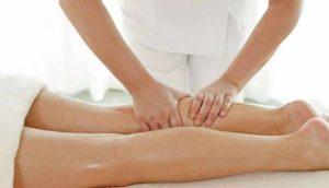 фото жінки, яка робить лімфодренажний масаж тіла