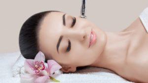 фото жінки, яка робить лікувальну чистку обличчя ЛЮКС