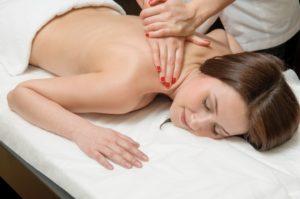 фото жінки, яка робить масаж спини і попереково-крижової зони