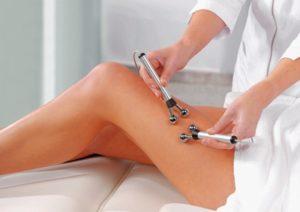 фото жінки, яка робить процедуру мікрострумової терапії по тілу