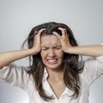 на фото зображена жінка, яка переживає негативні емоції