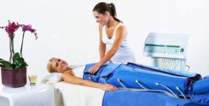 фото женщины, которая делает процедуру массажа тела при помощи прессотерапии