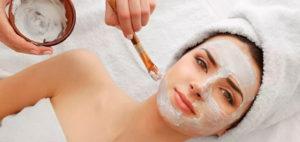 фото жінки, яка робить SPA чистку обличчя