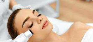 фото жінки, яка робить ультразвукову чистку обличчя
